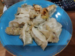 今日は晩御飯をチャンポンにしたので先日、三三餃子で買った餃子を焼いてみましたー(*^^*)  リンガーハットstyleをパクって柚子胡椒で餃子食べよ( *´艸)  #餃子